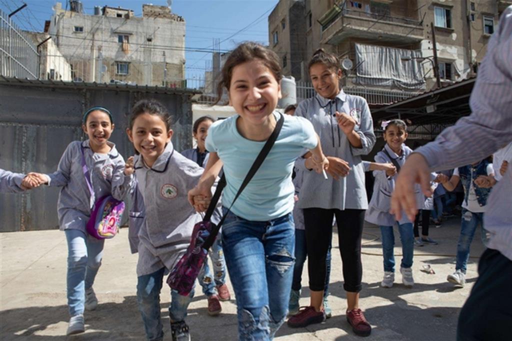 Andy Hall - Ritornare a scuola, ritornare al futuro. È questo che si legge negli occhi dei bambini siriani rifugiati in Libano e Giordania ritratti dai tre fotografi internazionali Andy Hall, Diego Ibarra Sánchez e Arie Kievit in mostra a Milano -