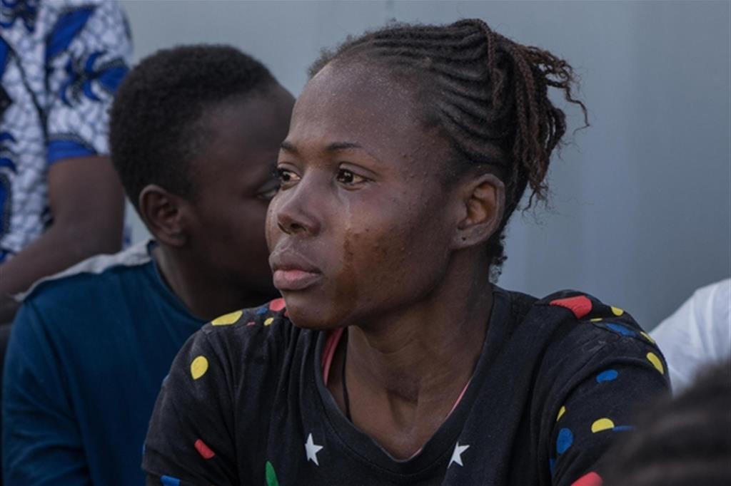Il pianto di una donna in un centro di detenzione a Tripoli, Libia (Ansa)