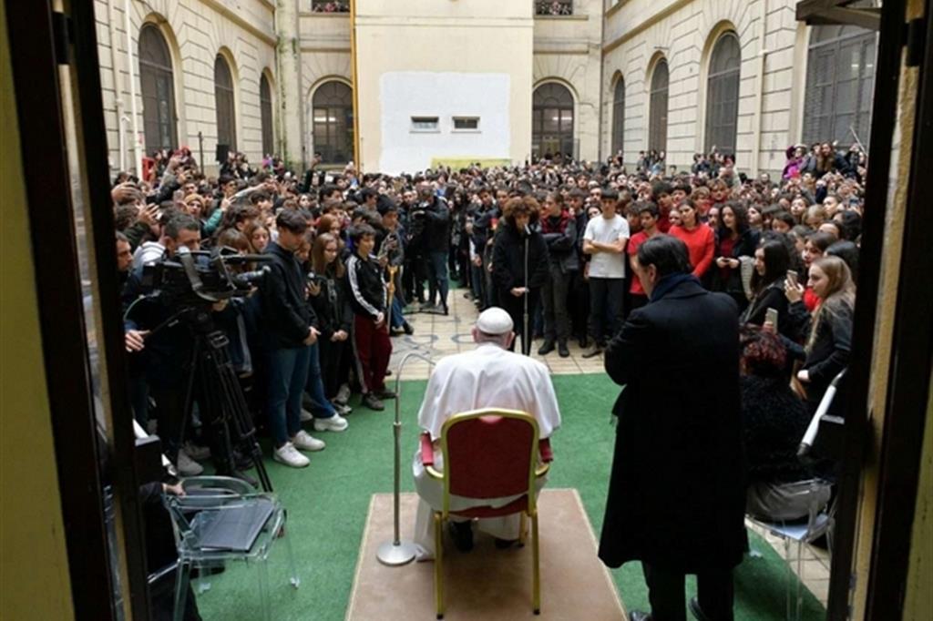 Il Papa va al liceo: siate coerenti con la vostra fede