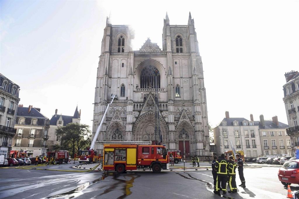 Sabato mattina si è sviluppato un incendio nella cattedrale di Nantes, nel nordovest della Francia, che ha causato la rottura delle vetrate e la distruzione del grande organo che si trovava all'interno dell'edificio - Reuters