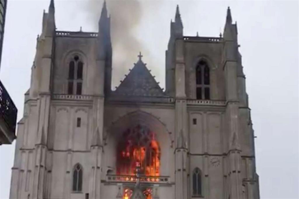 Le fiamme sono divampate all'interno dell'edificio sacro distruggendo anche l'antico organo - Reuters