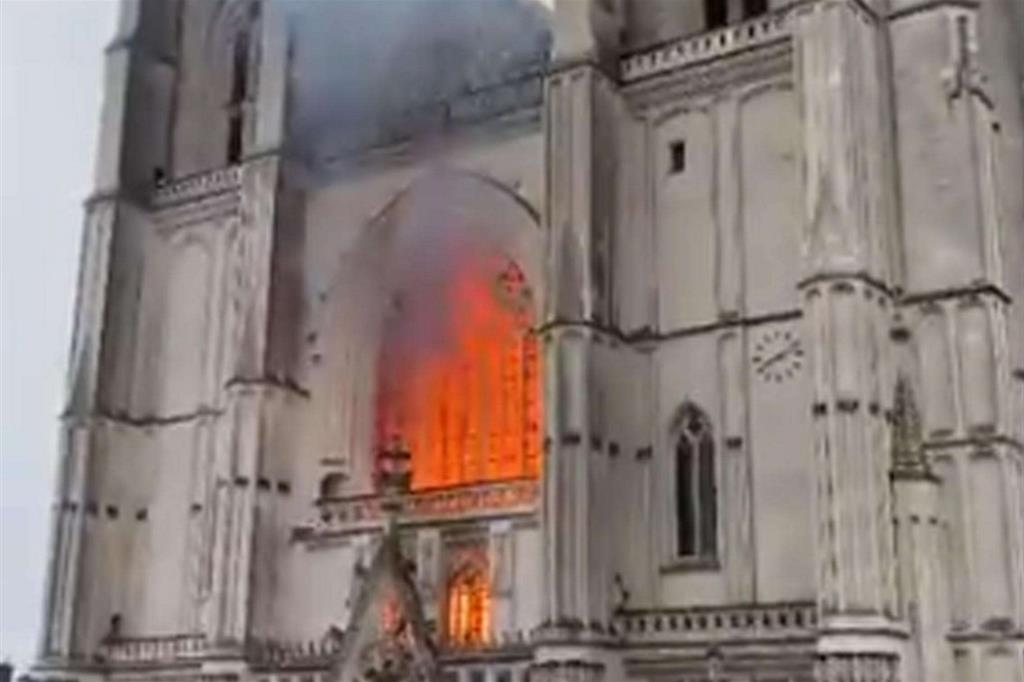 Le fiamme hanno distrutto anche le preziose vetrate - Ansa