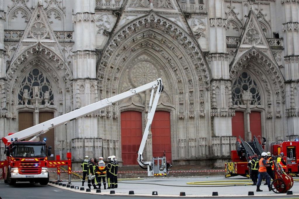 Il procuratore francese Pierre Sennes ha parlato di tre incendi diversi e ha aggiunto che le autorità stanno trattando l'accaduto come un atto criminale. Per il momento non sono state diffuse altre informazioni. - Reuters