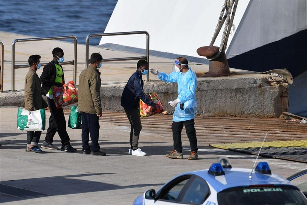 Trasferimento di migranti da Lampedusa alla nave quarantena