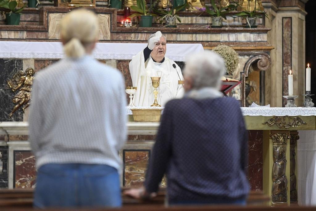 Un Messa con guanti e distanziamento fisico a Roma