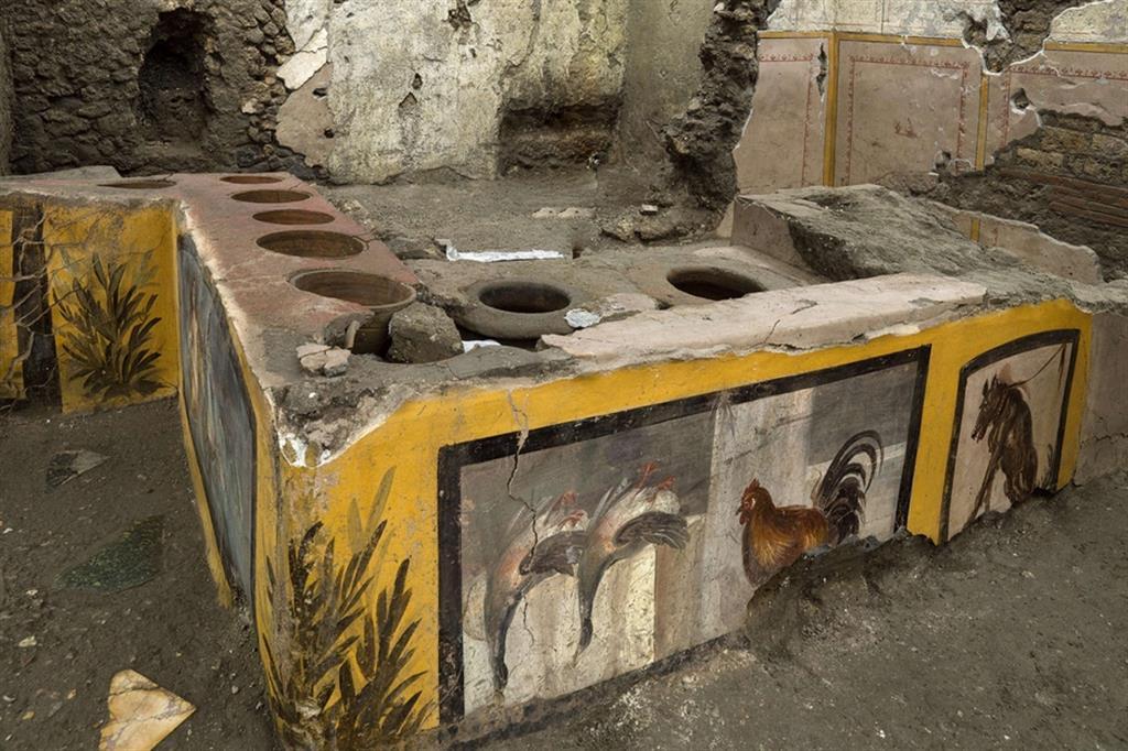 Pompei: scoperto intatto un termopolio, il fast food degli antichi romani