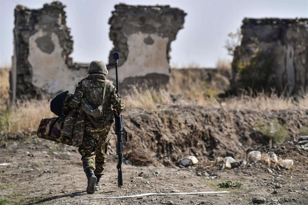 Un soldato armeno dispiegato nella regione contesa del Nagorno-Karabakh