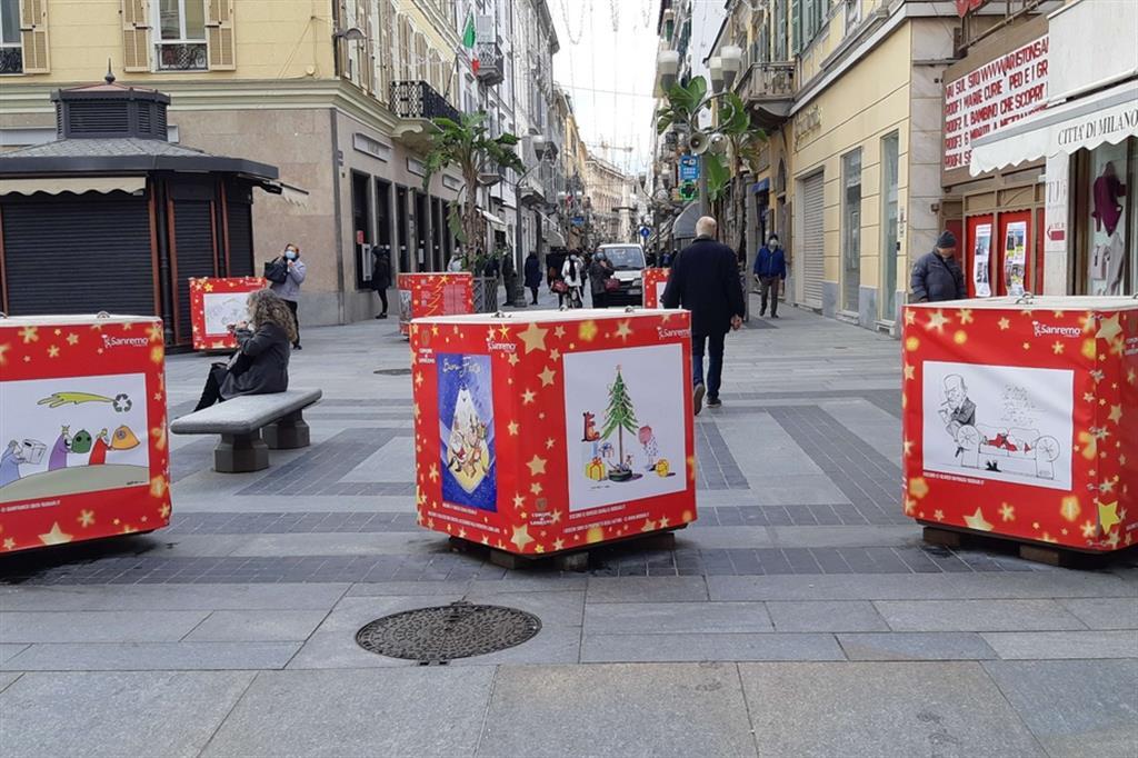 I cubi antiterrorismo ricoperti di vignette natalizie nel centralissimo corso Matteotti di Sanremo - Foto di Angela Calvini