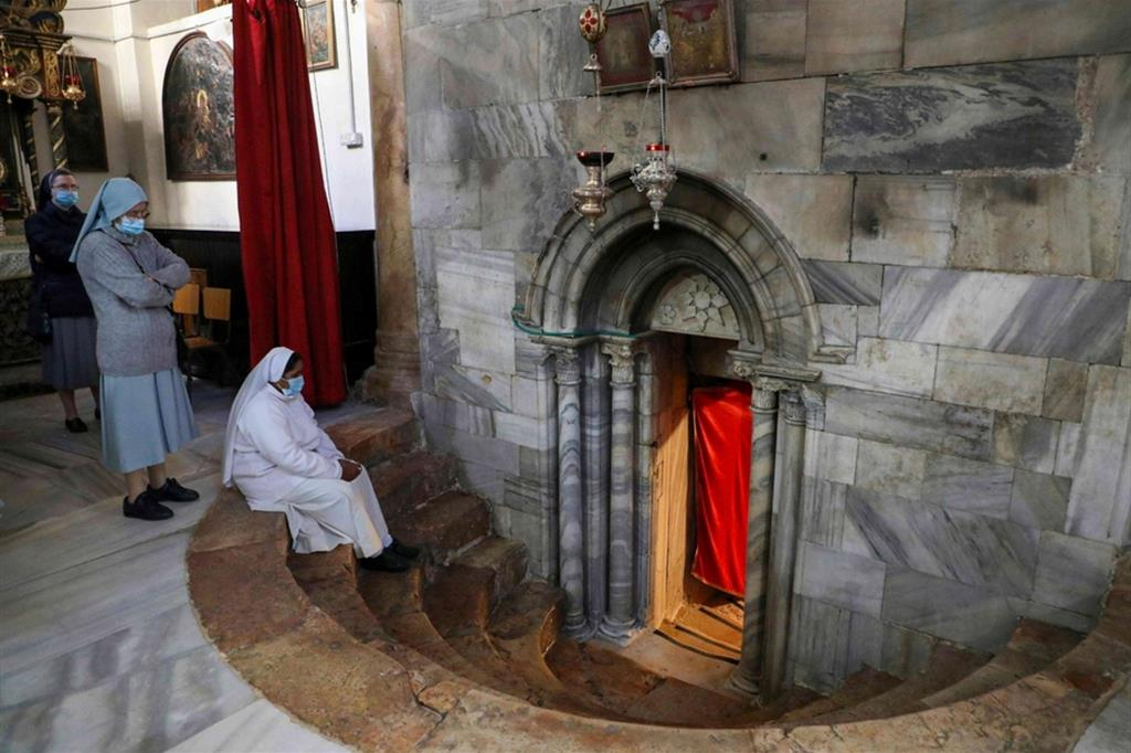 Suore in preghiera nella Basilica della Natività a Betlemme