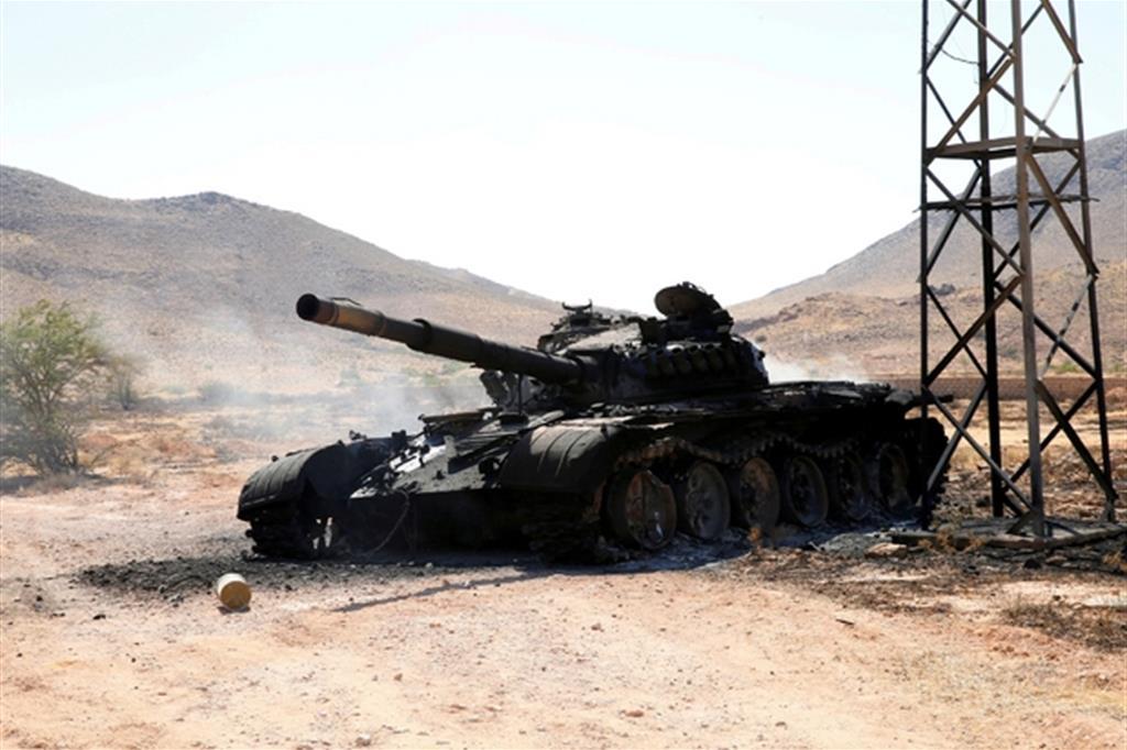 Un carro armato distrutto delle forze di Haftar a sud di Tripoli