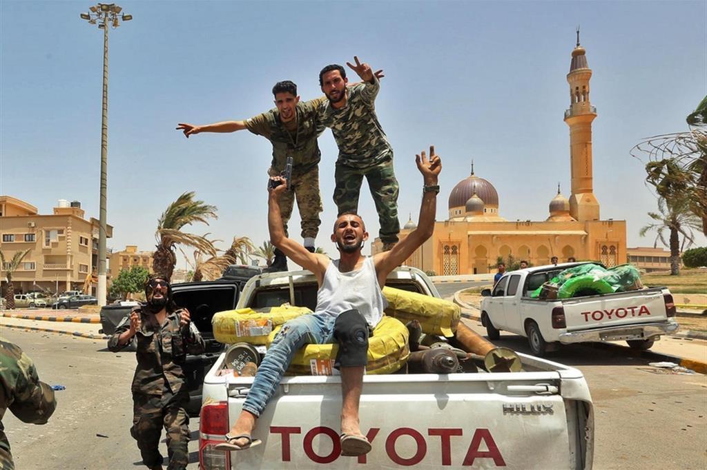 Miliziani libici del governo di unità nazionale, riconosciuto dall'Onu, nella città di Tarhouna, 65 km da Tripoli