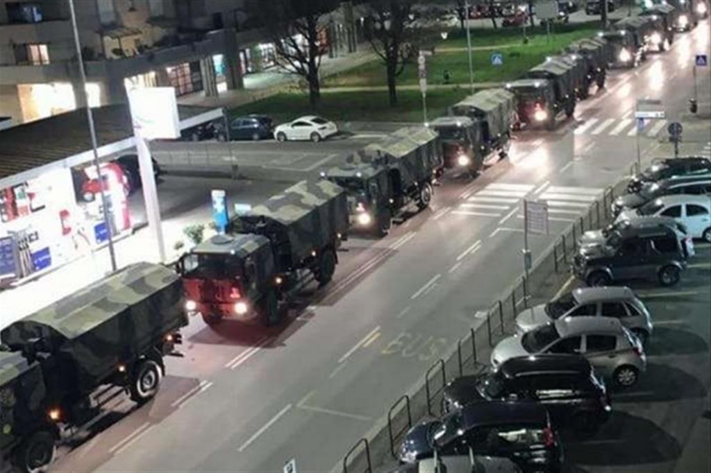 I camion allineati a Bergamo