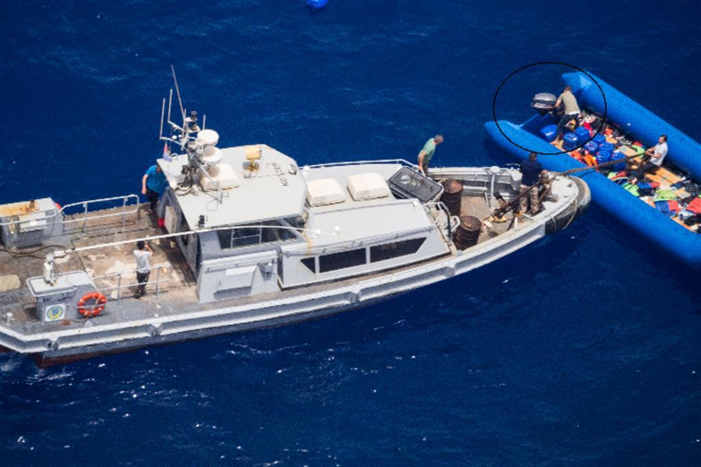 """Una motovedetta libica di Zawyah """"salva"""" il motore di un barcone nel giugno del 2019"""