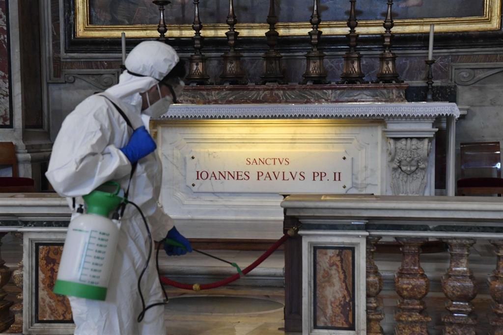 La pulizia della tomba di San Giovanni Paolo II - Vatican media
