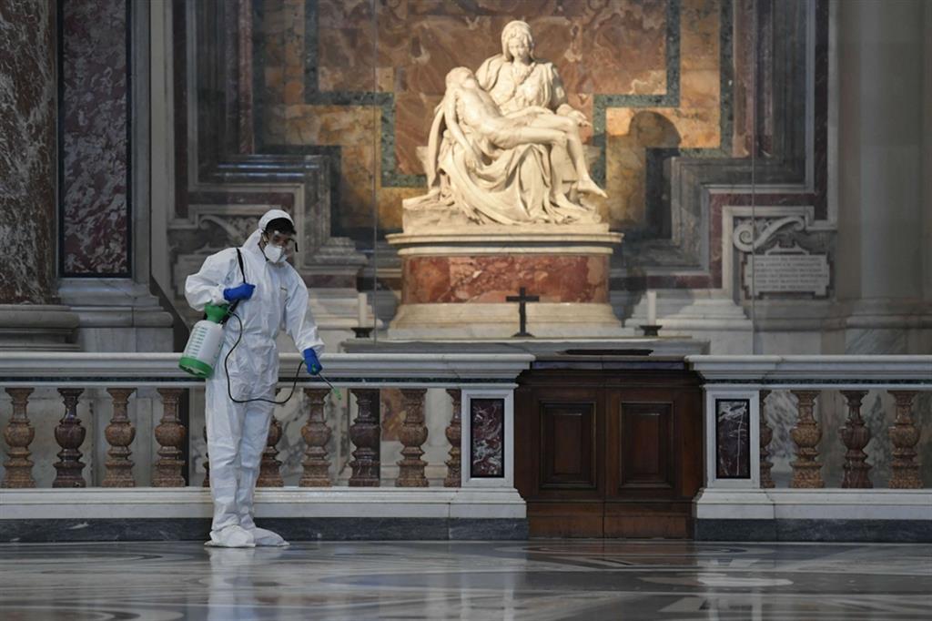 Operai al lavoro sulla statua della Pietà di Michelangelo - Vatican media