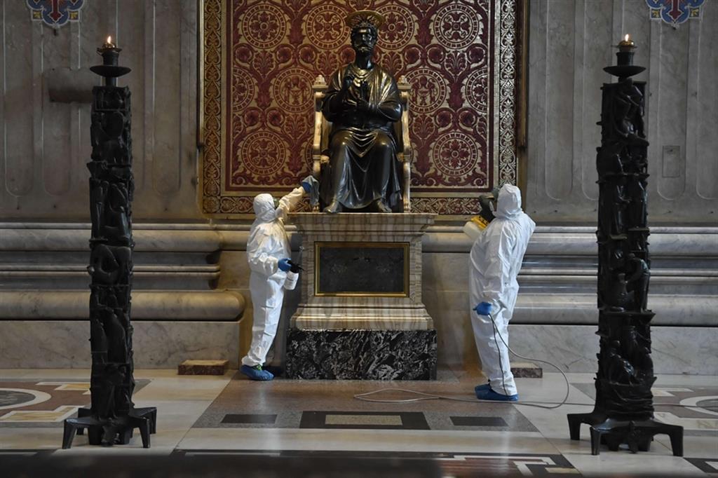 Gli addetti alle pulizie al lavoro sulla statua di San Pietro - Vatican media