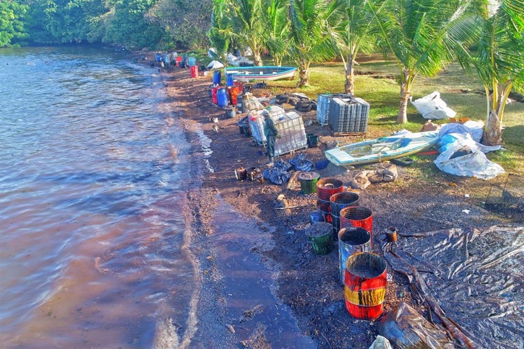 Nel frattempo gruppi di volontari locali si sono messi al lavoro per ripulire le acque con secchi e per contenere la fuoriuscita di carburante dalla nave con sacchi di stoffa pieni di paglia. - Ansa