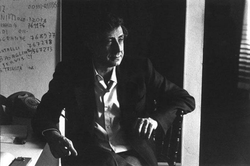 Franco Basaglia nel suo studio, in una foto del 1979