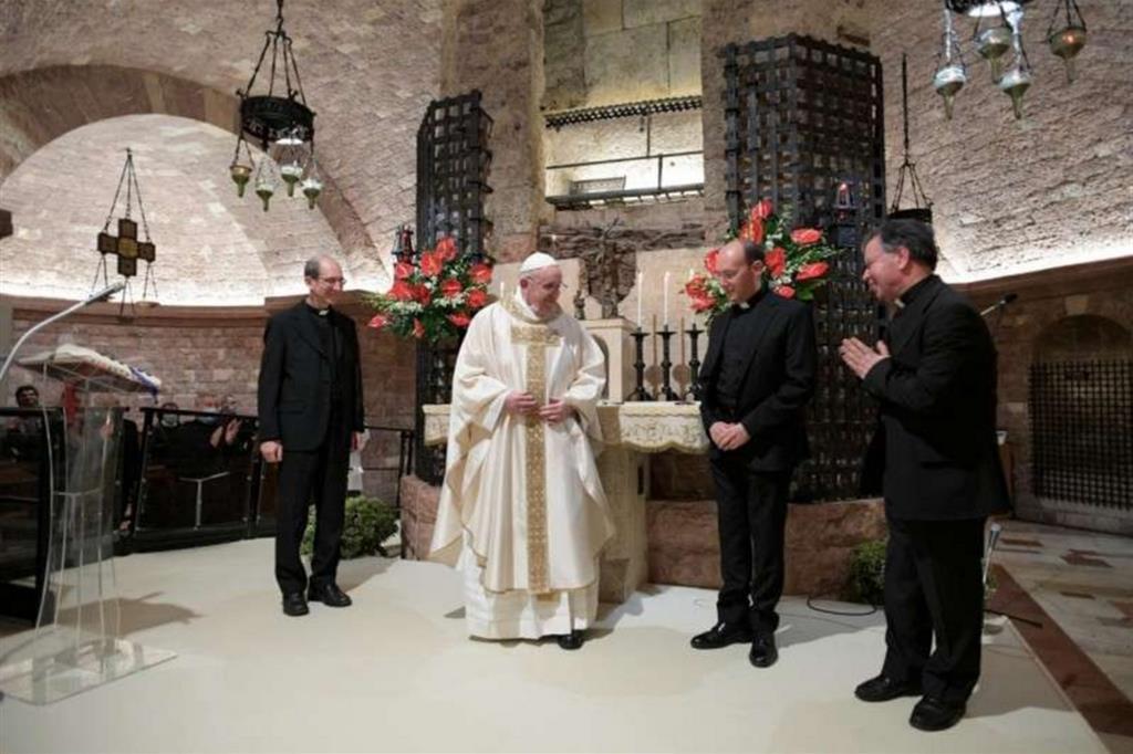 """Sulla tomba di san Francesco il Papa firma """"Fratelli tutti"""""""