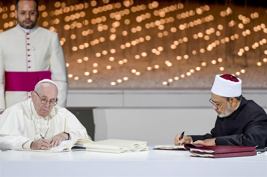 Papa Francesco e il grande imam di al-Azhar, Ahmed al-Tayyeb, il 4 febbraio 2019 firmano il Documento sulla fratellanza umana