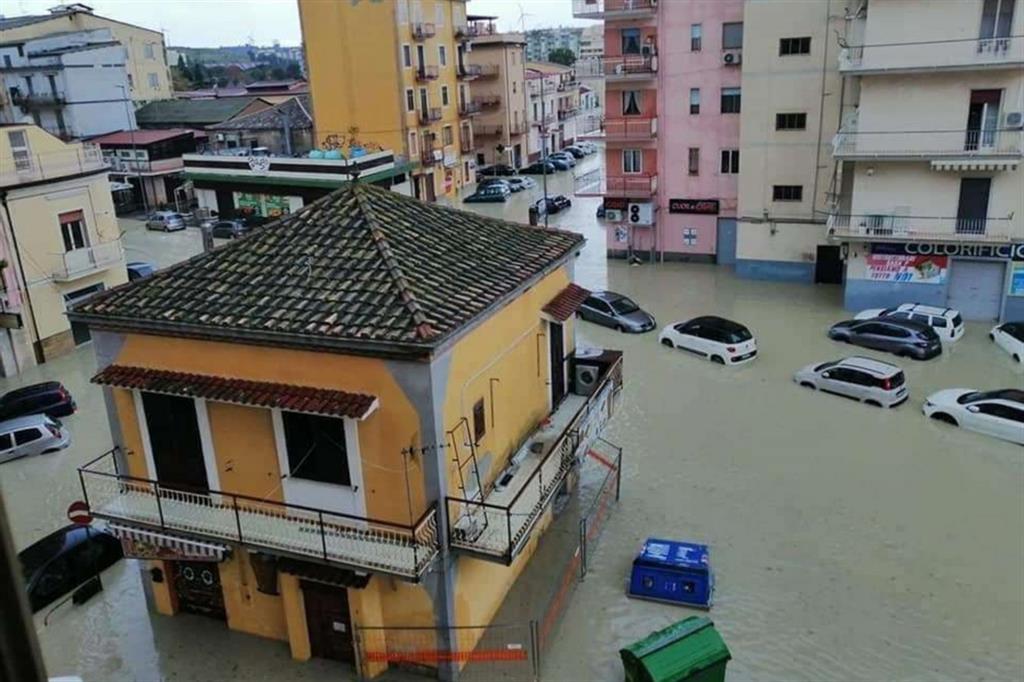 Violento nubifragio nel crotonese, città immerse nel fango