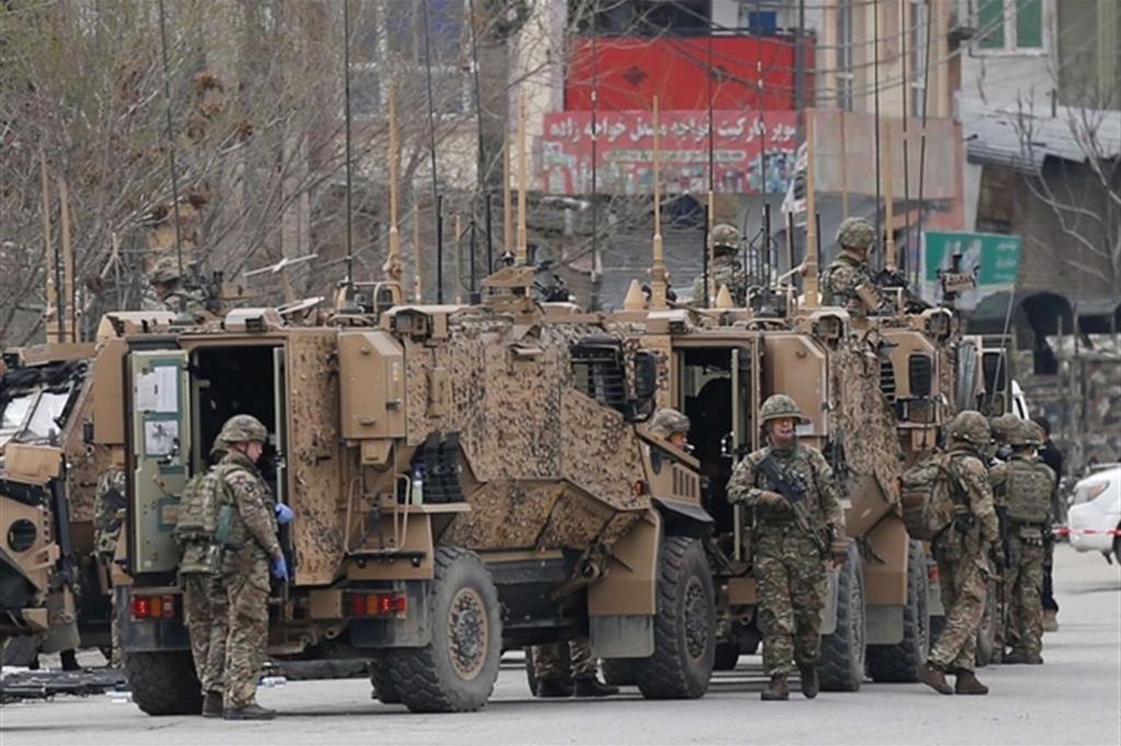 I militari all'esterno del tempio attaccato a Kabul