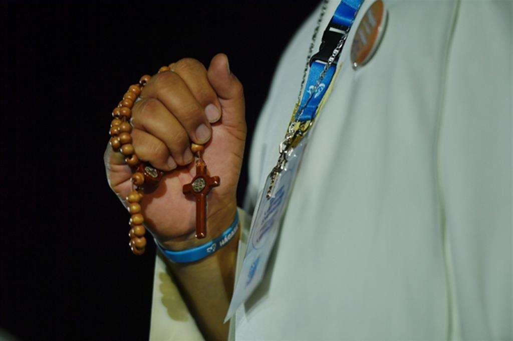 Il Rosario pregato da una giovane alla Gmg