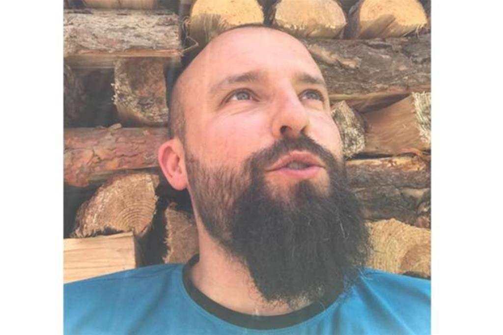 """Don Alessio Strapazzon, 37 anni, resta parroco di Castellavazzo, Codissago e Podenzoi, ai piedi della diga del Vajont, ma dal 23 marzo presta servizio come infermiere nel reparto di Pneumologia, dedicato alla cura del Covid presso l'Ospedale """"San Martino"""" di Belluno"""