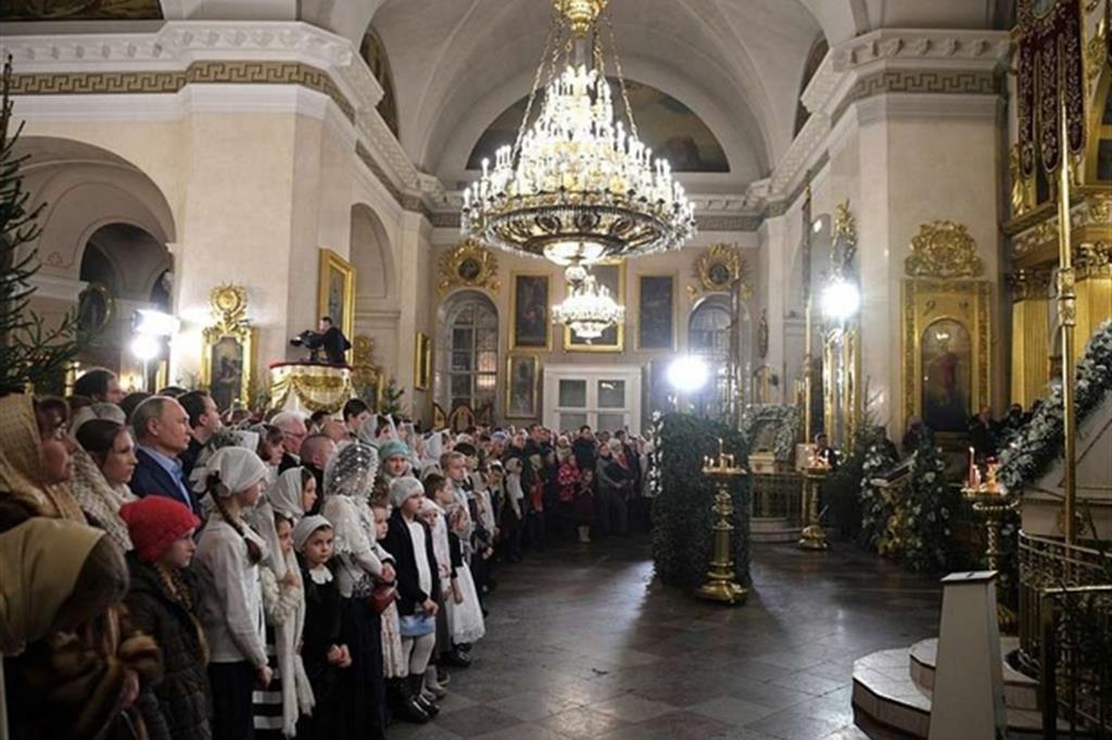Liturgia ortodossa di Natale a San Pietroburgo, tra i fedeli Vladimir Putin