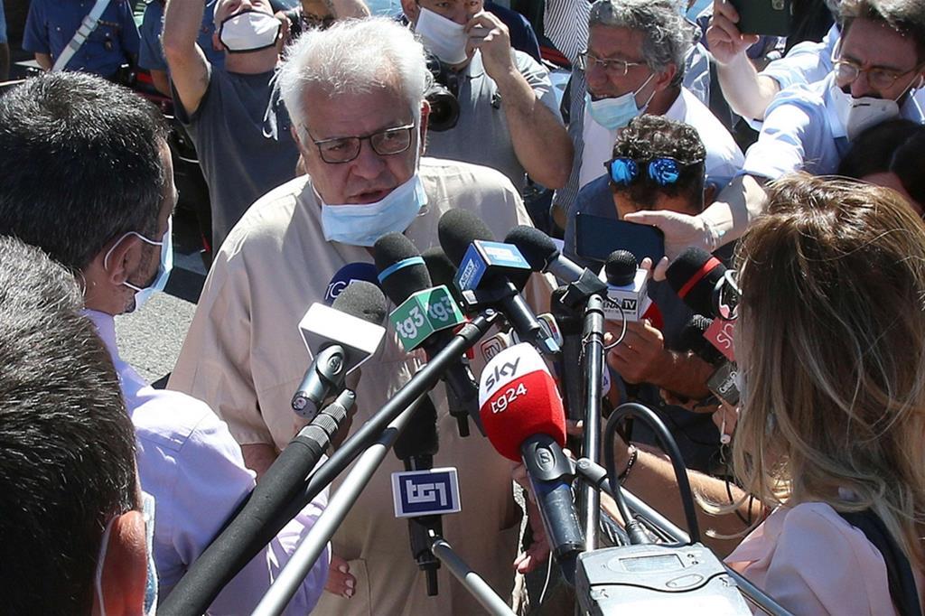 Il neurochirurgo Giuseppe Oliveri, direttore della Neurochirurgia delle Scotte, che ha effettuato l'intervento su Zanardi, parla con i giornalisti