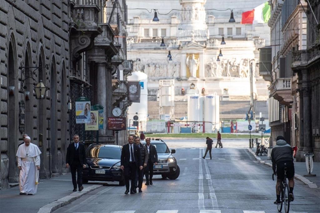 Il Papa cammina in via del Corso