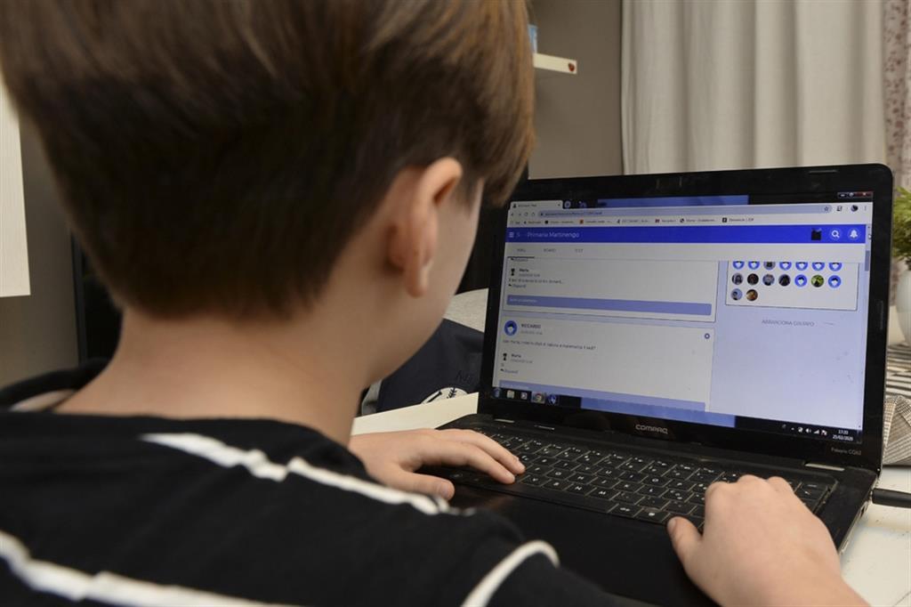 La pandemia ha reso indispensabile l'accesso ad internet anche per la scuola