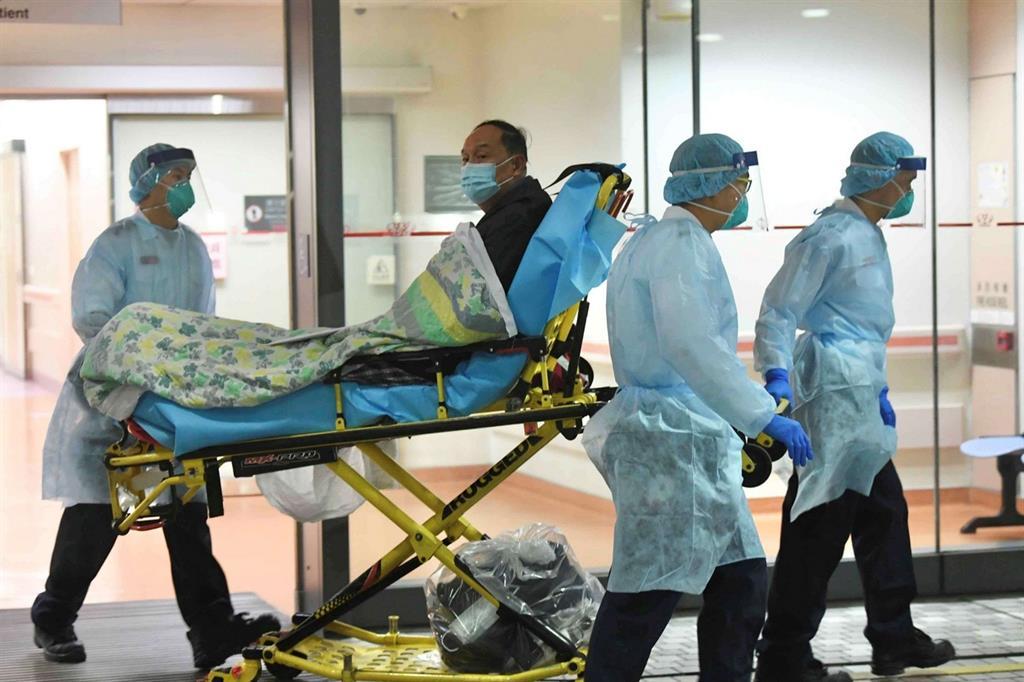 Un paziente sospettato di essere affetto da polmonite da nuovo coronavirus, all'ospedale Prince of Wales di Hong Kong
