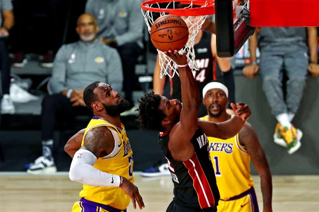Jimmy Butler (Miami Heat) a canestro contro i Los Angeles Lakers