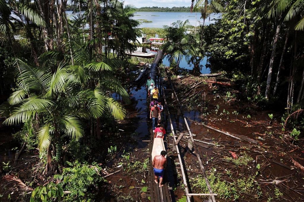 Mentre Covid-19 si diffonde anche lungo il Rio delle Amazzoni, i servizi sanitari fanno fatica a tenere il passo - Reuters