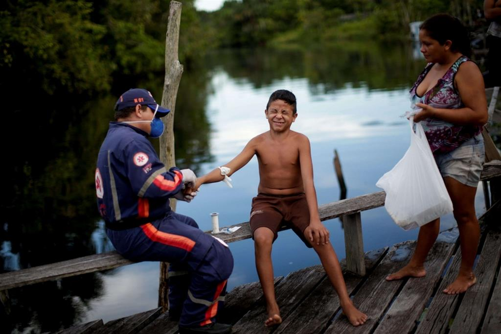 Il fotografo Ueslei Marcelino ha raccontato per Reuters cosa sta succedendo vicino all'isola di Marajo, alla foce dell'Amazzonia, dove ha trascorso più di una settimana accompagnando i medici e gli operatori sanitari nella loro battaglia contro la pandemia. - Reuters