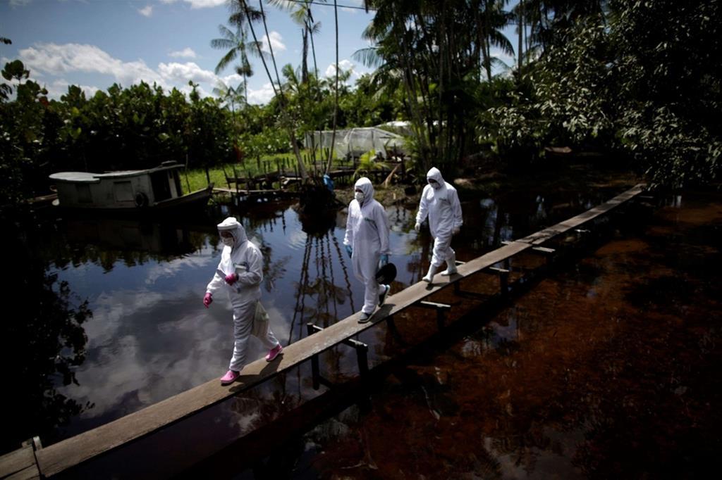 Il coronavirus ha preso piede in Amazzonia, i contagi sono migliaia e le infezioni gravi sono spesso identificate e trattate in ritardo, riducendo le possibilità di guarigione delle persone. Eppure gli operatori sanitari e i medici non si tirano indietro e con coraggio tentano di salvare vite umane, effettuando telefonate al più vicino ospedale ed evacuando in barca i pazienti più gravi. - Reuters
