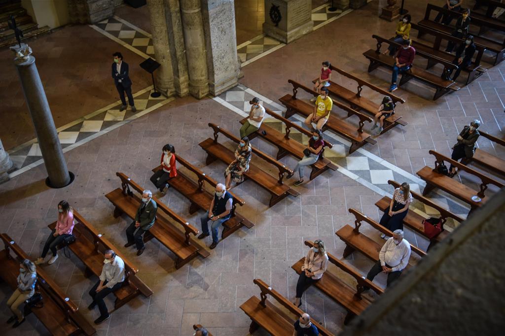 Una messa con il distanziamento dei fedeli