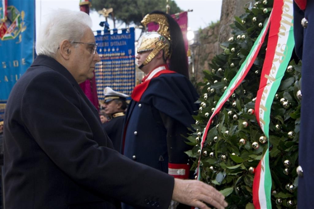 Mattarella rende omaggio alle vittime delle Fosse Ardeatine