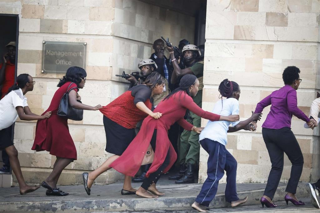 Il fotografo Dai Kurokawa ha vinto il secondo premio della sezione Spot News con questo scatto: un gruppo di donne scappano da un attentato in corso a Nairobi, nel gennaio 2019 - Ansa
