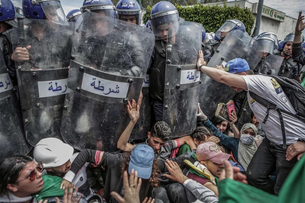 Farouk Batiche, vincitore della sezione Spot News del World Press Prize: studenti affrontano le forze armate durante una manifestazione anti-regime ad Algeri - Ansa