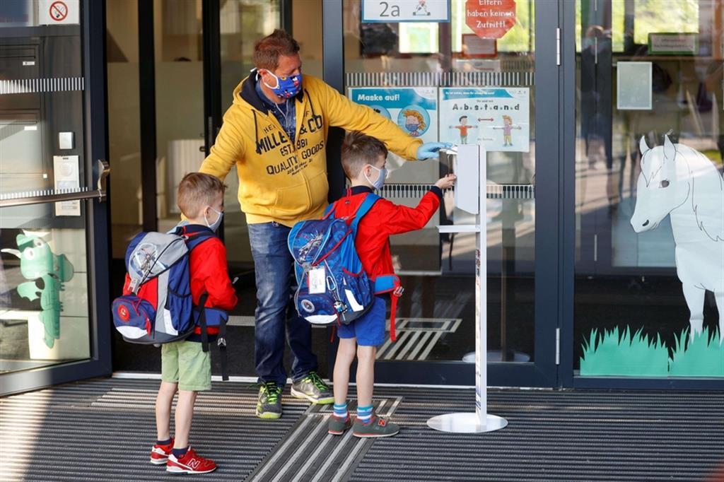 Anche i più piccoli si igienizzano le mani subito prima di entrare a scuola - Reuters