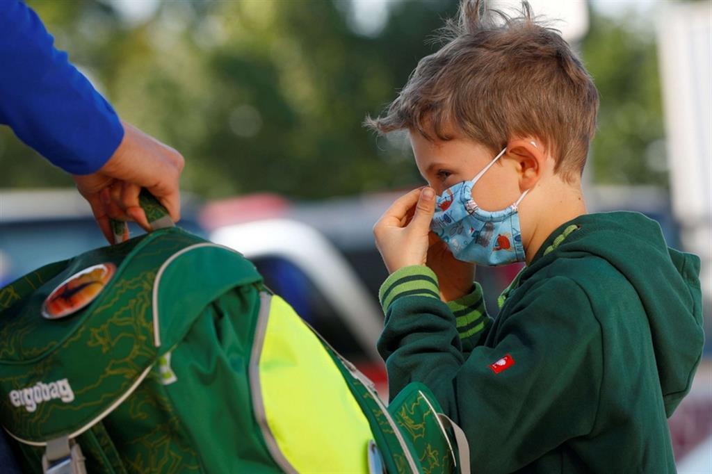 Mascherina sulla faccia e zaino in spalla... pronti per andare a scuola! - Reuters