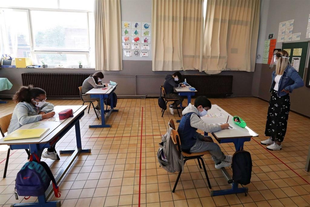 Linee di distanziamento tracciate a terra in un'aula di Jumet in Belgio. Una minoranza degli alunni belgi è tornata a scuola - Reuters