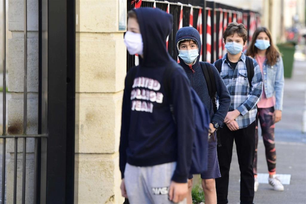 Studenti francesi in fila, a distanza, in attesa di entrare a scuola a Bordeaux - Ansa