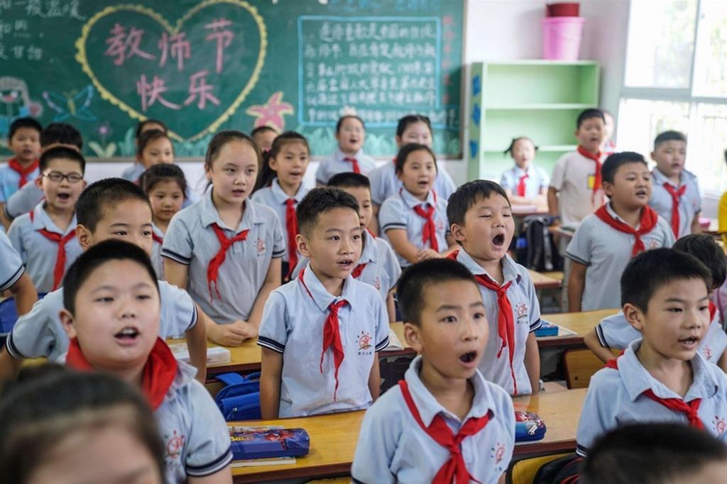 A Wuhan gli studenti tornano in classe. Senza mascherina