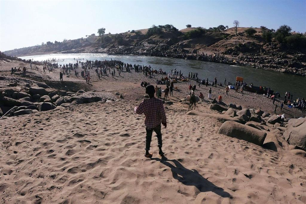 Rifugiati etiopi fuggiti dai combattimenti nella regione autonoma etiope del Tigrai. Si intensificano gli scontri e si aggrava la crisi umanitaria a due settimane dall'inizio del conflitto tra governo federale etiope e quello regionale del Tigrai - .
