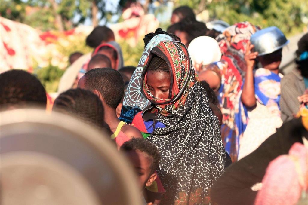 Con le loro povere cose, spesso solo i vestiti, anziani, donne e bambini del Tigrai, in fuga da bombardamenti e violenze selvagge come quella che ha provocato l'eccidio di 500 civili a Mai Kadra, passano il confine dal varco di Hamdayet, nello stato di Cassala, da Lugdi nel Gedaref e da Aderafi, presa d'assalto lo scorso fine settimana - .