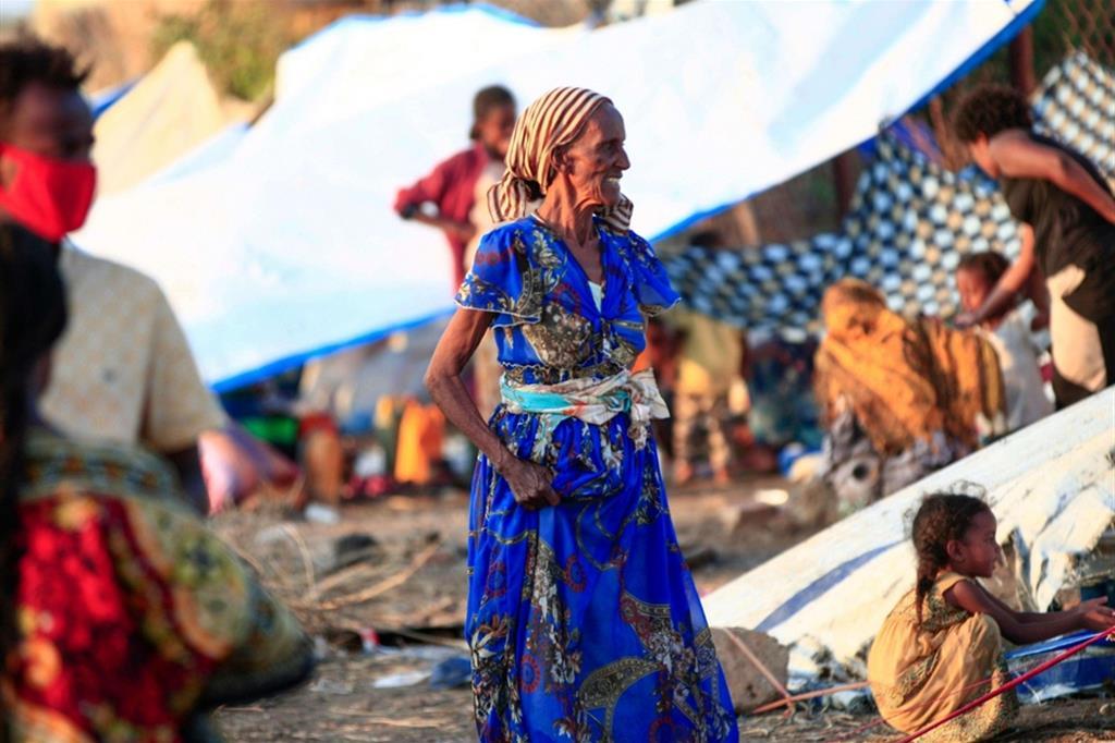 Secondo l'Alto commissariato delle Nazioni unite per i rifugiati la grande fuga dalla regione settentrionale etiopica verso il Sudan è cominciata il 10 di novembre e in media hanno passato il confine 4000 persone al giorno, la metà dei quali donne e bambini - .
