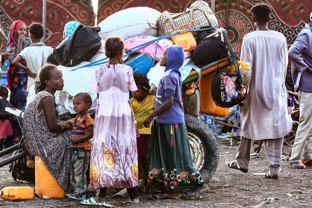 """Martedì Il primo ministro etiope ha dichiarato via Twitter che l'Etiopia è pronta ad """"accogliere e reintegrare"""" le migliaia di cittadini fuggiti da combattimenti e violenze, promettendo che i militari dell'esercito federale - gli stessi che li hanno messi in fuga in un crescendo di violenza oscurata dal blackout della rete e dei telefoni - daranno loro protezione e sostegno umanitario - ."""